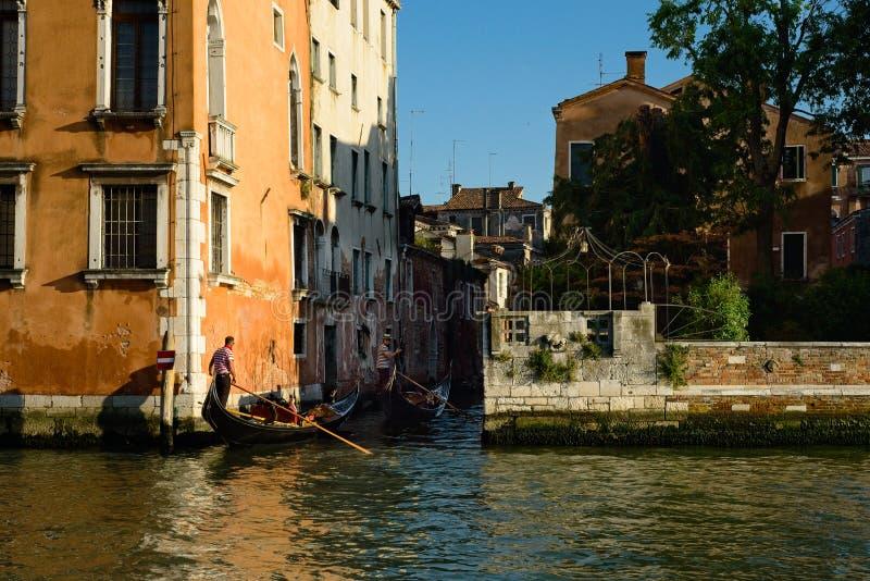 In een smal zijkanaal in Venetië stock afbeeldingen