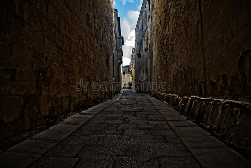 Een smalle steeg in Mdina, Malta royalty-vrije stock afbeeldingen
