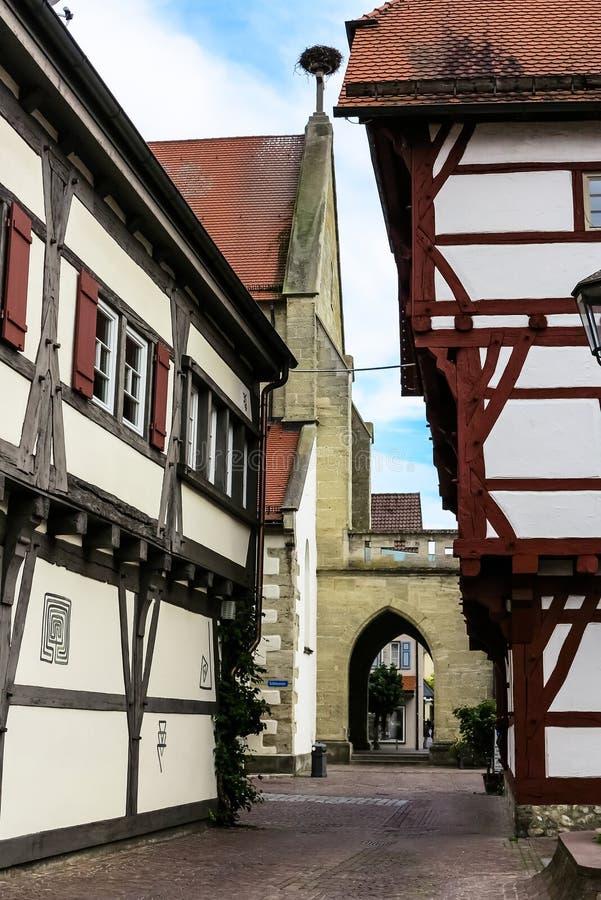 Een smalle steeg naast de kerk in Slechte Saulgau, Duitsland stock foto's