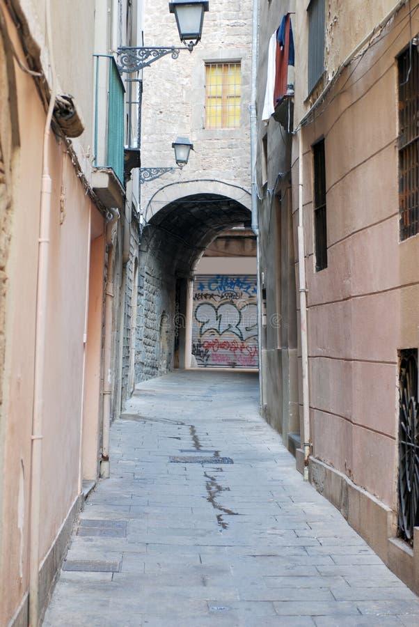 Een smalle straat in Barselona stock afbeeldingen