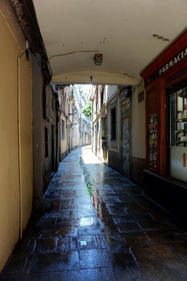 Een smalle straat in het Gotische Kwart in Barcelona royalty-vrije stock afbeeldingen