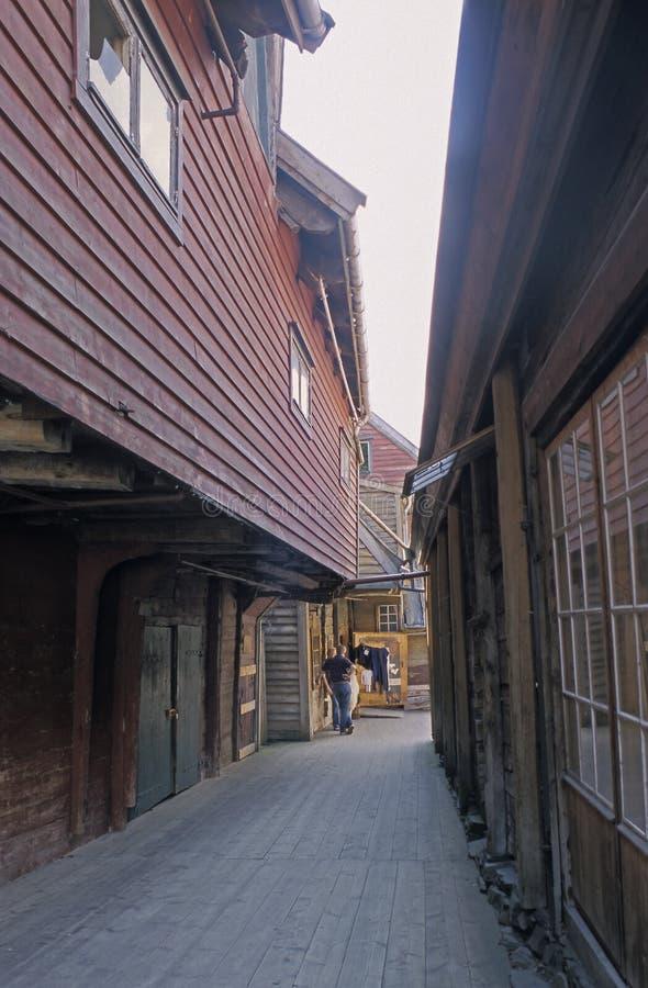 Een smalle straat met houten gebouwen in Bryggen, Bergen, Noorwegen stock foto's