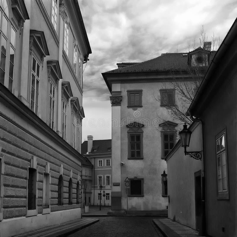 Een smalle straat van de straat van Malà ¡ Strana Nebovioska in Praag, geen mensen, stille scène vroeg in de ochtend royalty-vrije stock foto