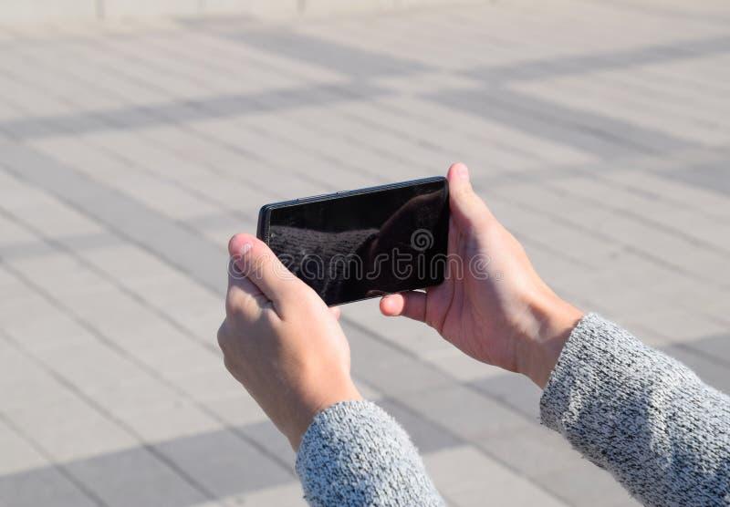 Een smartphone is in de handen van een vrouw Mededeling die een smartphone gebruiken stock foto