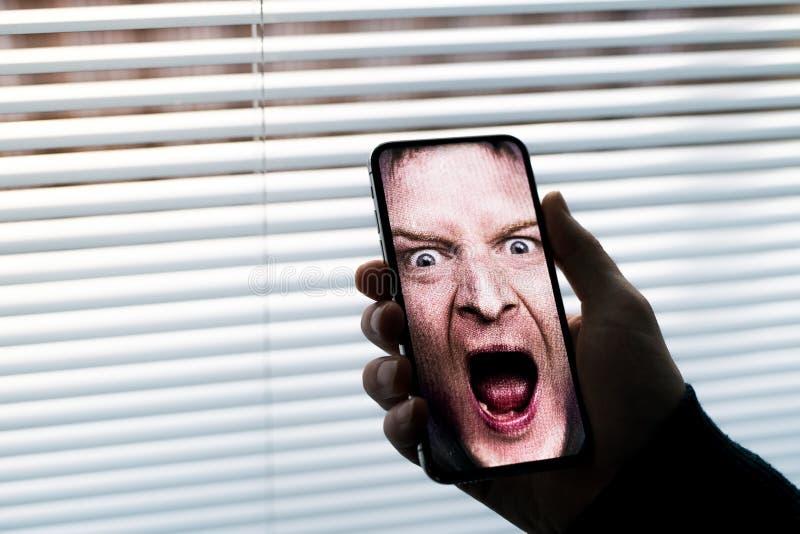 Een smartphone gebruikend de erkenningssysteem van gezichtsidentiteitskaart stock foto