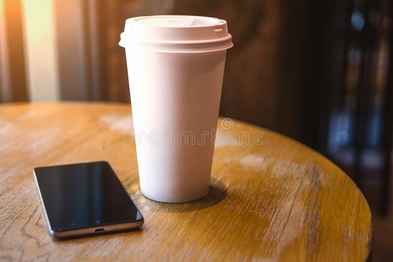 Een smartphone rust op een lijst in een koffie, royalty-vrije stock foto's
