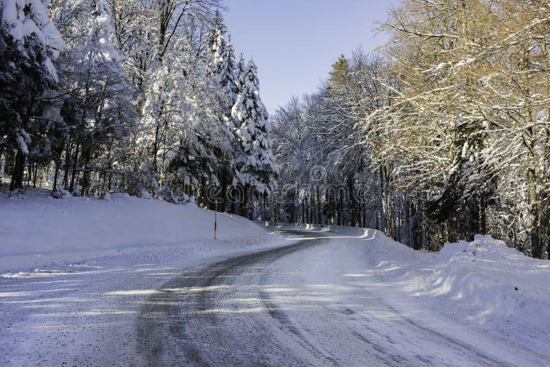 Een sneeuw en ijzige weg in de de Vogezen-bergen Frankrijk royalty-vrije stock foto's