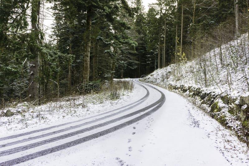 Een sneeuwweg in de bergen royalty-vrije stock foto's