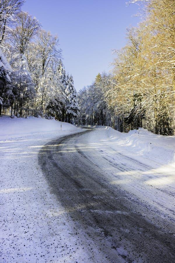 Een sneeuwweg in de bergen - verticaal royalty-vrije stock fotografie
