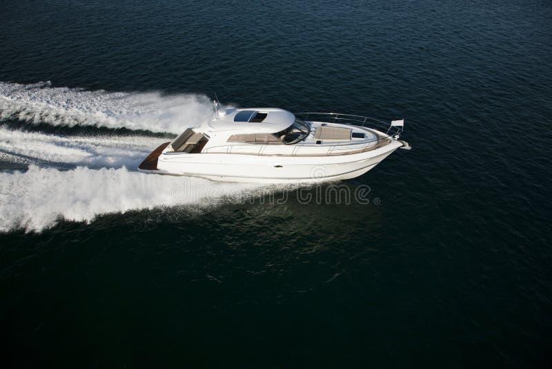 Een snelle motorboot die door het overzees varen stock foto