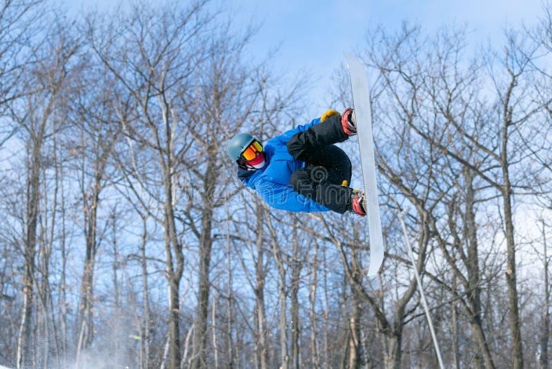 Een snowboarder voert een luchtgreep in een terreinpark uit royalty-vrije stock foto's