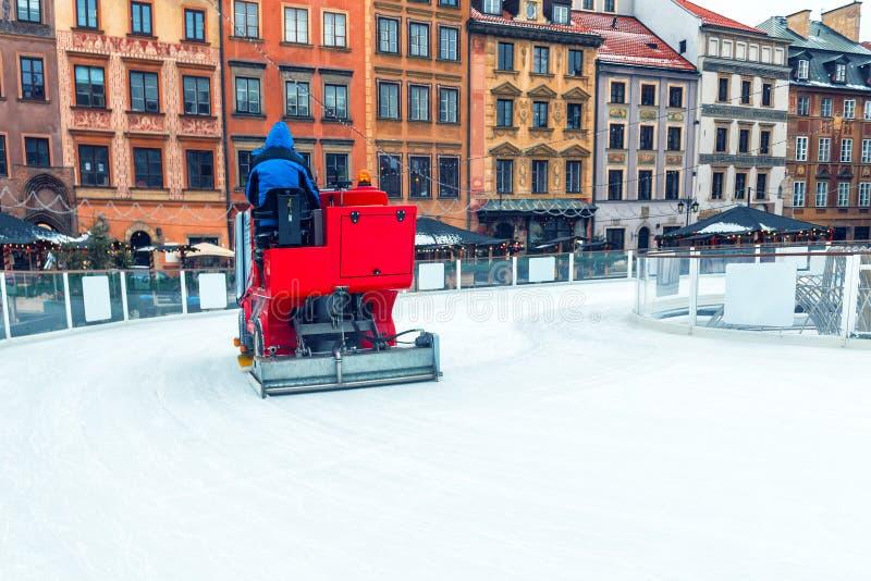 Een speciale machine maakt ijs schoon stock foto's
