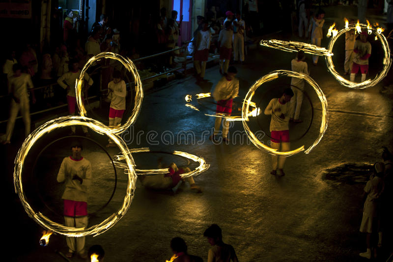 Een spectaculaire plaats als Dansers van de Brandbal presteert langs Colombo Street in Kandy tijdens Esala Perahera in Sri Lanka stock afbeelding