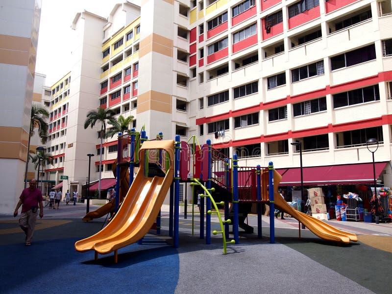 Een speelplaats in het midden van twee HDB-gebouwen in de stad van Tampines, Singapore stock afbeelding