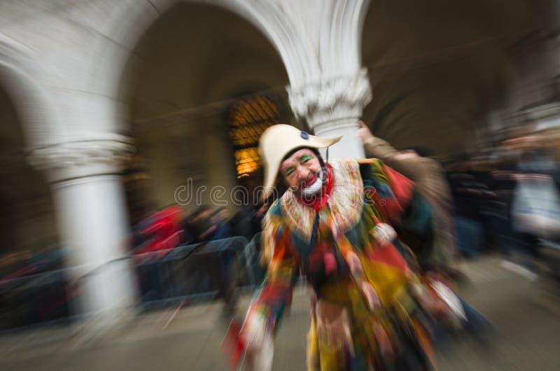 Een speelse joker tijdens Carnaval van Venetië stock fotografie