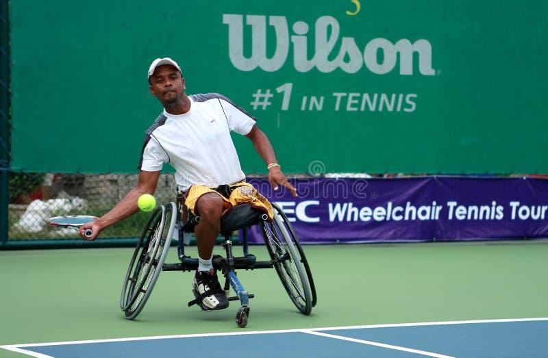 Een speler van het rolstoeltennis tijdens een gelijke van het tenniskampioenschap, t stock fotografie