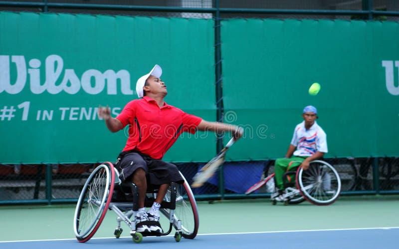 Een speler van het rolstoeltennis tijdens een gelijke van het tenniskampioenschap, t royalty-vrije stock afbeelding