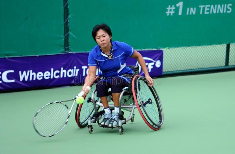 Een speler van het rolstoeltennis tijdens een gelijke van het tenniskampioenschap, t stock afbeelding