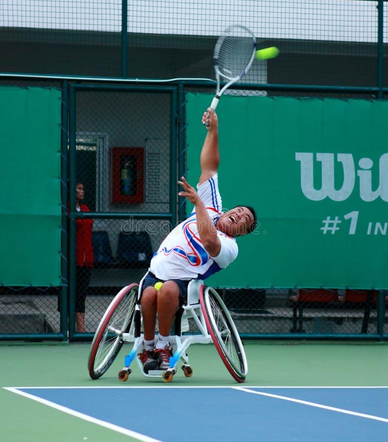 Een speler van het rolstoeltennis tijdens een gelijke van het tenniskampioenschap, t stock afbeeldingen