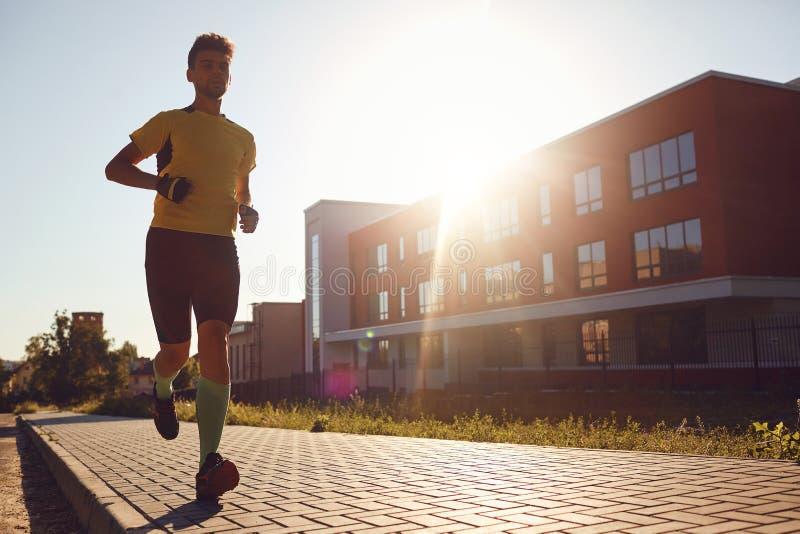 Een sportieve mensenlooppas door de straten van de stad stock afbeeldingen