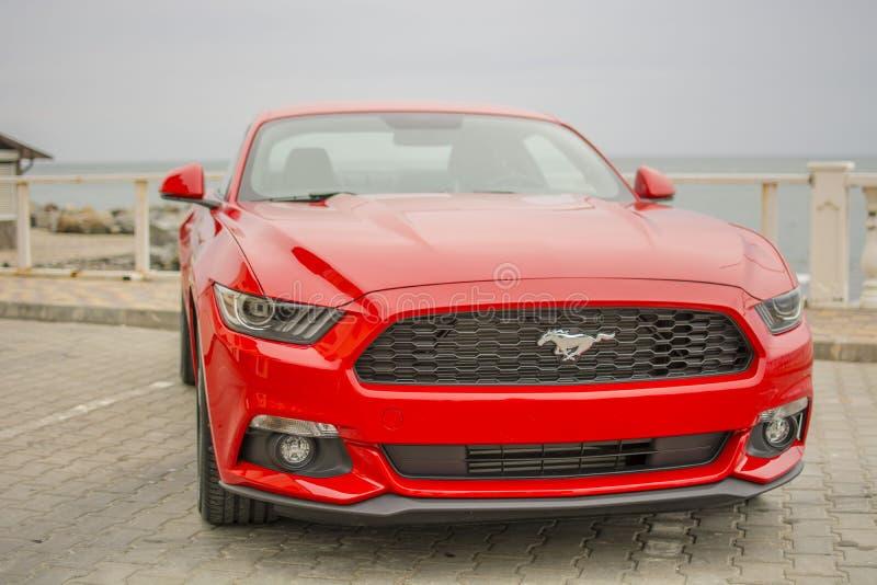 Een sportwagen rode kleur tegen het overzees royalty-vrije stock foto
