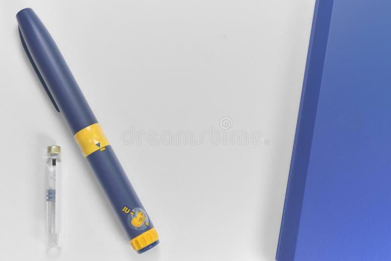 Een spuit voor onderhuidse injectie van hormonale drugs stock fotografie