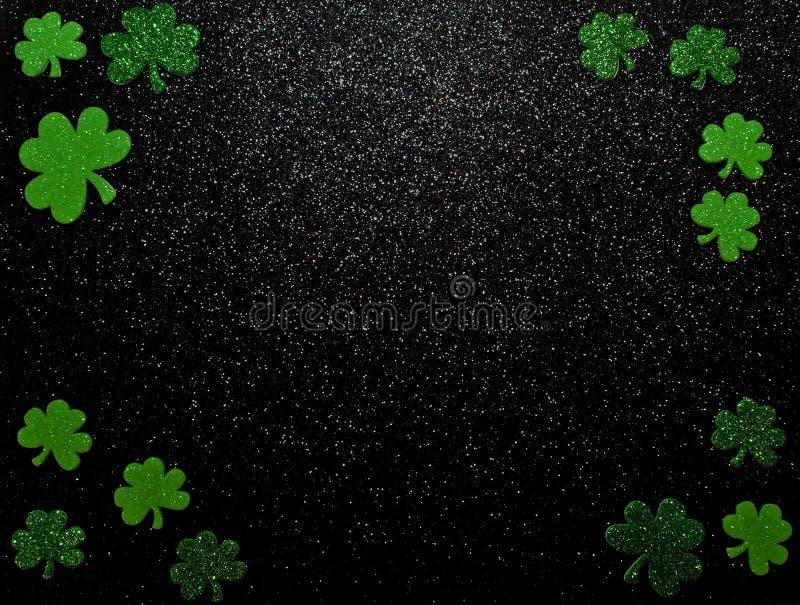 Download Een St Patrick ` S Dagachtergrond Met Klavers Op Een Zwarte Achtergrond Stock Afbeelding - Afbeelding bestaande uit viering, geluk: 107707125
