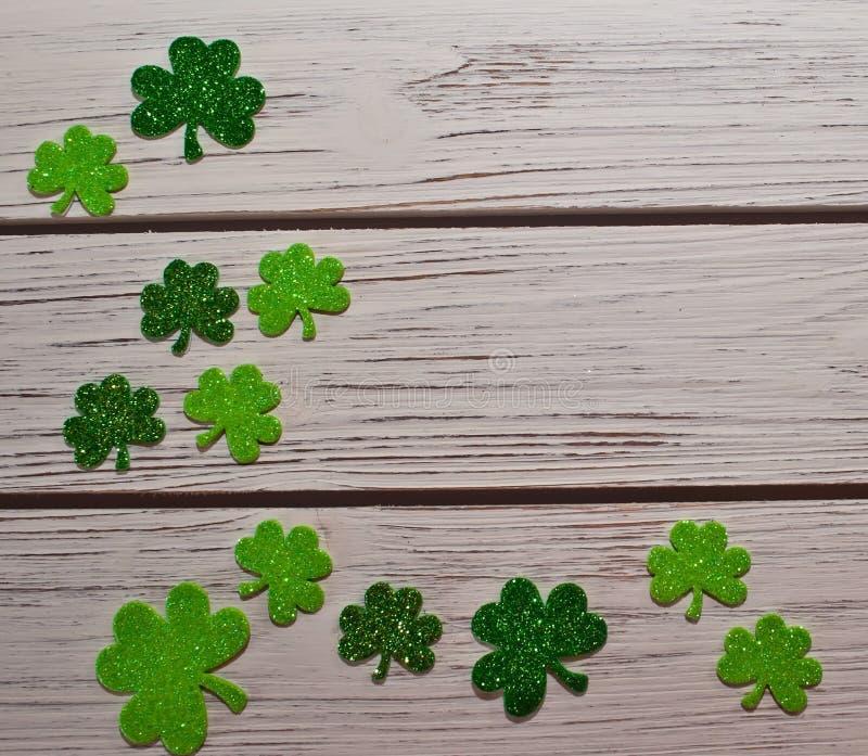 Download Een St Patrick ` S Dagachtergrond Van Klavers Op Een Houten Lijst Stock Foto - Afbeelding bestaande uit maart, decoratief: 107707136