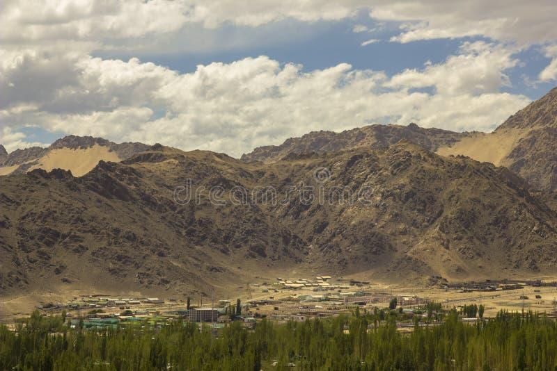 Een stad in het groene bos in de woestijnbergen royalty-vrije stock foto's