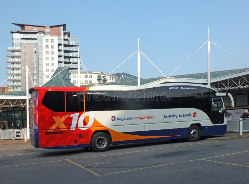 een stagecoach uitdrukkelijke bus die in het busstation van Leeds in West-Yorkshire wachten royalty-vrije stock afbeeldingen