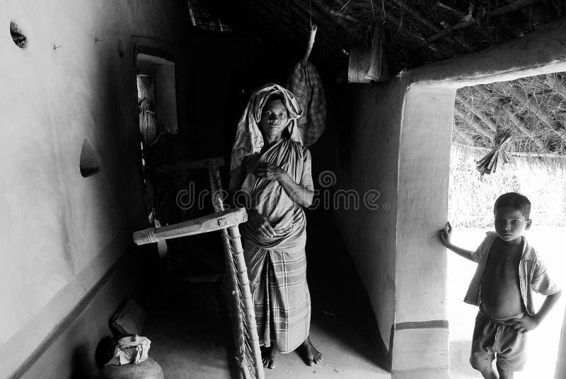 Een stammenvrouw met haar kind. royalty-vrije stock afbeelding