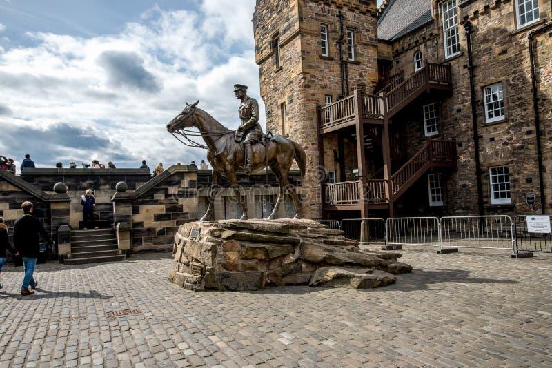 Een standbeeld die van Graaf Haig een paard in één van de binnenwerven berijden bij het Kasteel van Edinburgh royalty-vrije stock fotografie