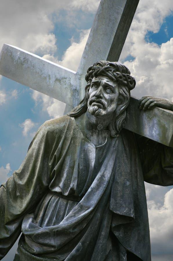 Een standbeeld die van Jesus het kruis dragen stock fotografie