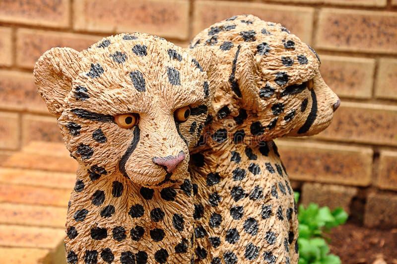 Een standbeeld van een babyluipaard stock foto