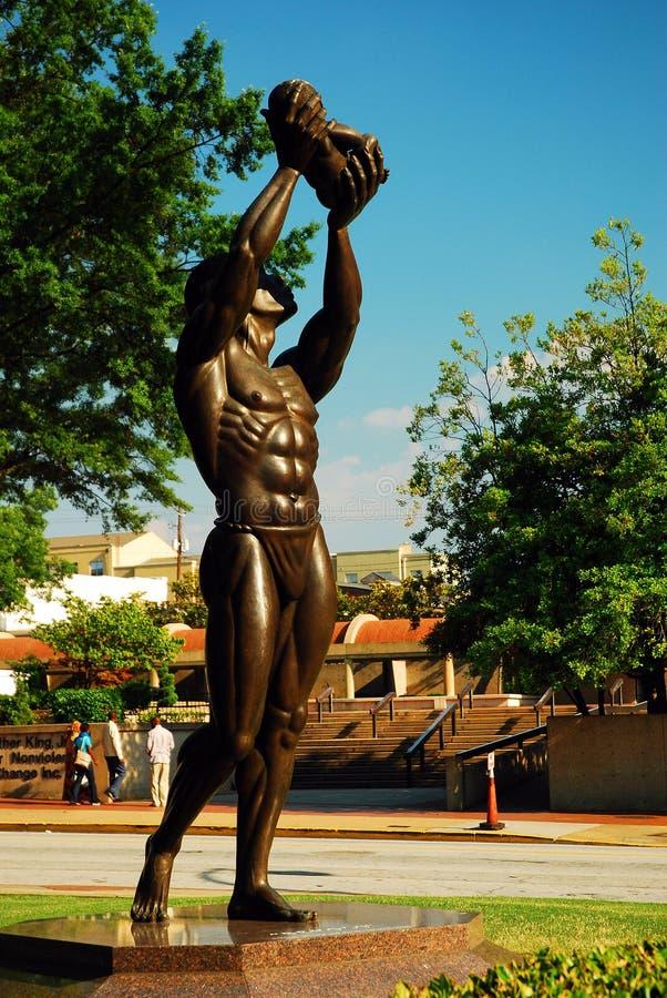 Een standbeeld van Behold buiten Martin Luther King Center voor Non-violence stock afbeelding