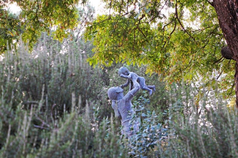 Een standbeeld van een jonge moeder en een baby stock foto