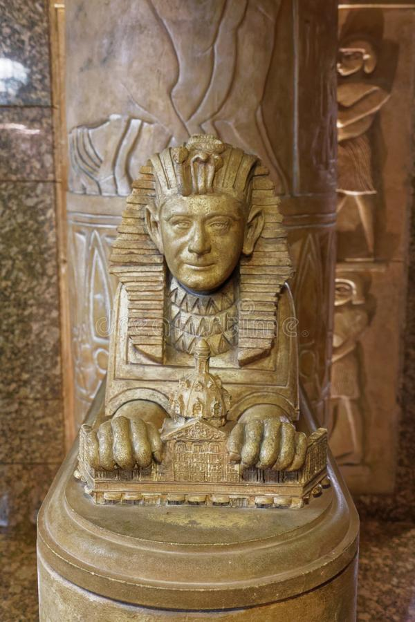 Een standbeeld van Mohamed Al-Fayed stileerde als Sfinx in Harrods stock afbeeldingen