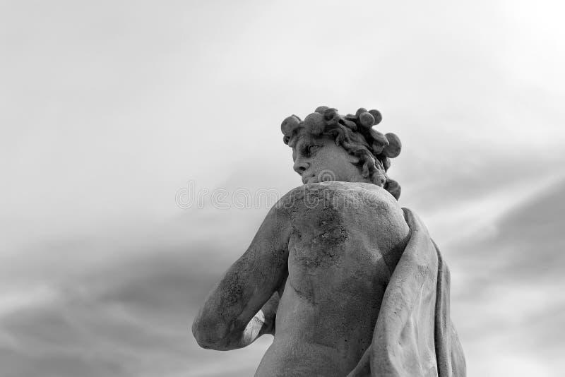 Een standbeeld van Vertumn de god van de seizoenen en hun giften in Peterhof, het hogere park stock fotografie