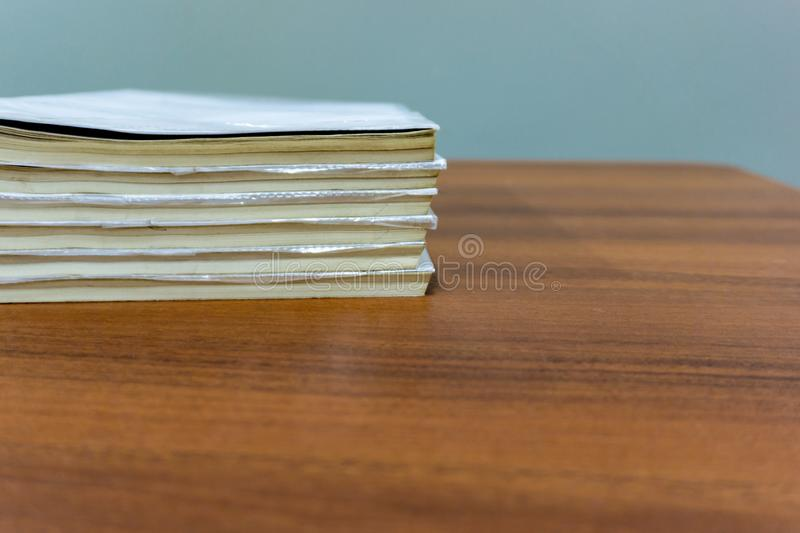 Een stapel boeken ligt op een bruine lijst, zijn de documenten gestapeld close-up royalty-vrije stock fotografie