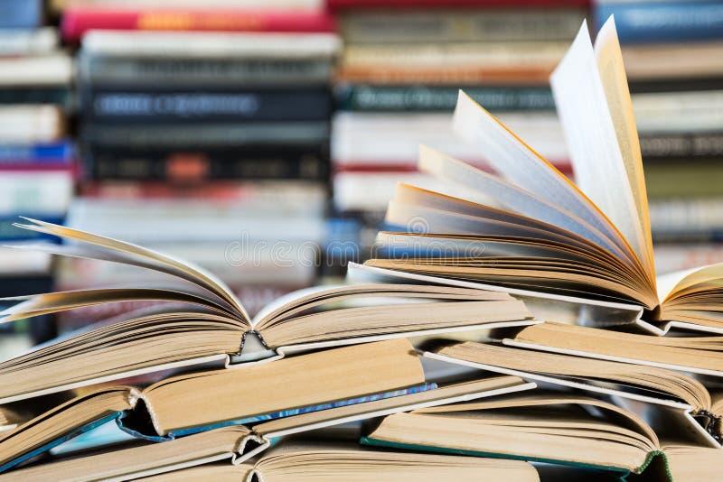 Een stapel boeken met kleurrijke dekking De bibliotheek of de boekhandel Boeken of handboeken Onderwijs en lezing royalty-vrije stock foto's