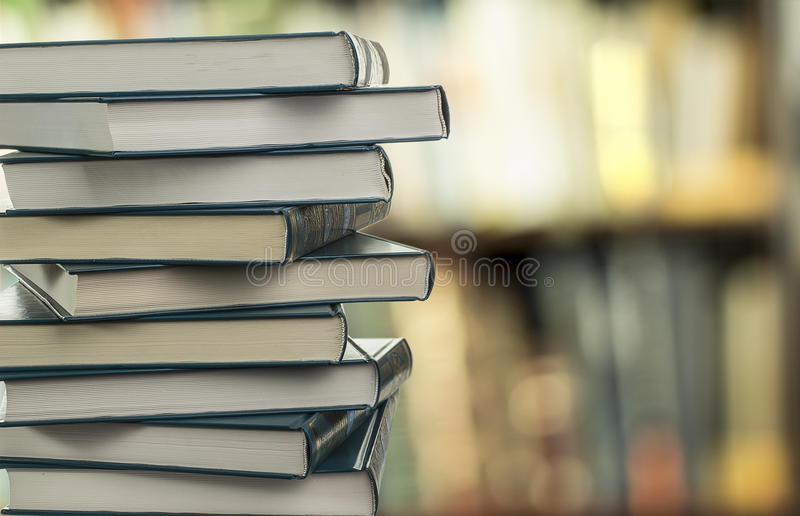 Een stapel boeken op een vage achtergrond stock foto's