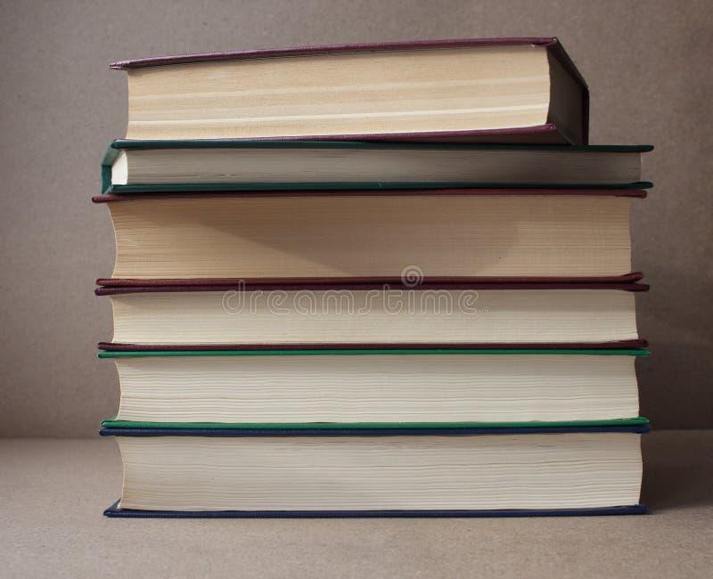 Een stapel boeken op een het bewerken achtergrond Huisbibliotheek royalty-vrije stock fotografie