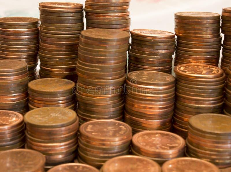 Een stapel Canadese munten van 1 cent en Amerikaanse munten stock afbeelding