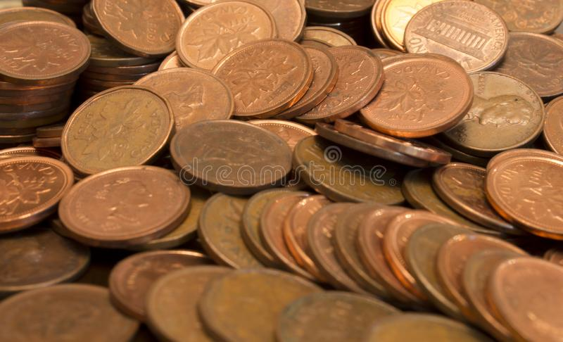 Een stapel Canadese munten van 1 cent en Amerikaanse munten royalty-vrije stock foto's