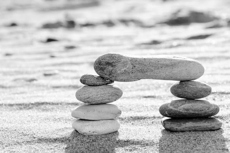 Een stapel kiezelstenen in zwart-witte, boogvorm, zen concept stock fotografie