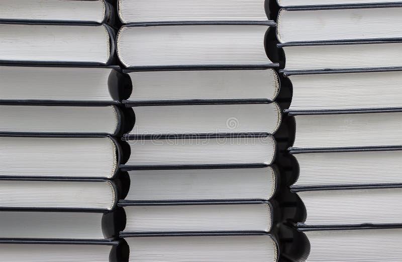 Een stapel nieuwe gelijkaardige boeken stock foto