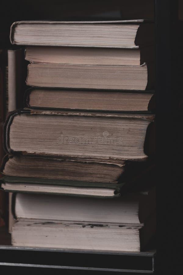 Een stapel oude boeken op de plank De textuurpagina's van oude boeken sluiten omhoog stock foto