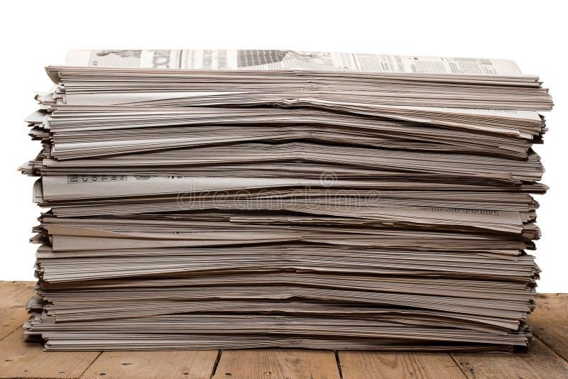 Een stapel oude kranten op witte achtergrond royalty-vrije stock fotografie