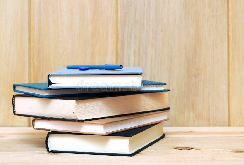 Download Een stapel van boeken stock afbeelding. Afbeelding bestaande uit onderwijs - 29511539
