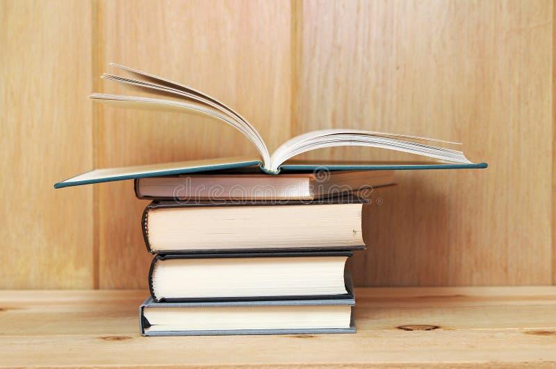 Download Een stapel van boeken stock afbeelding. Afbeelding bestaande uit potlood - 29511543